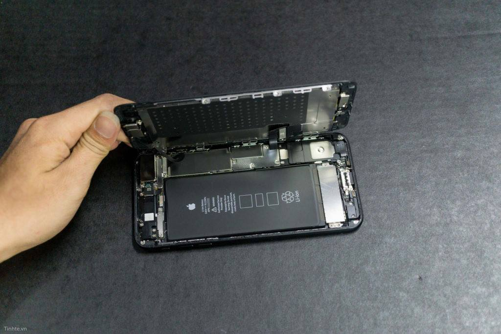 Disassembly of iPhone 7 Plus (2)